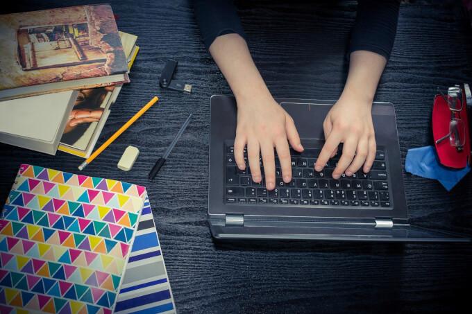 机の上でPCを使う